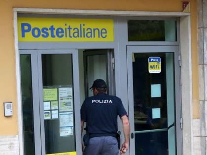 Perseguita e minaccia l'impiegata postale con l'acido, arrestato un pensionato