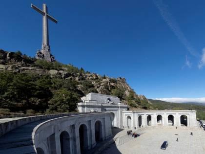 Via dal Mausoleo degli eroi: Franco riesumato e sloggiato