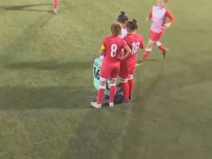 Calcio femminile, Giordania: giocatrice perde l'hijab e le avversarie l'aiutano a rimetterlo