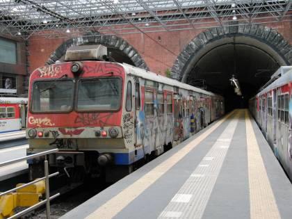 Lanciano per scherzo una pedana di legno contro il treno in corsa: sfiorata la tragedia