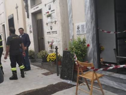Cede il pavimento nel cimitero: madre e figlia cadono nell'ossario