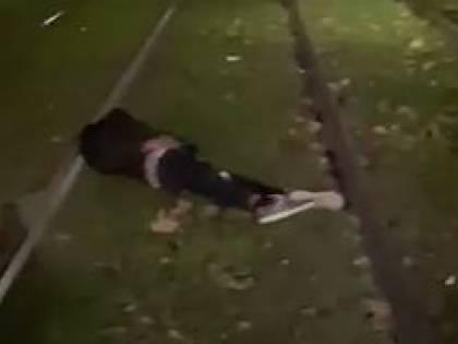 Ragazzo si addormenta sui binari dopo una notte di bagordi