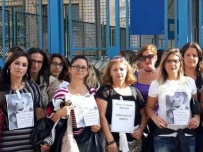 Napoli, vermi nelle aule: il sit-in delle mamme
