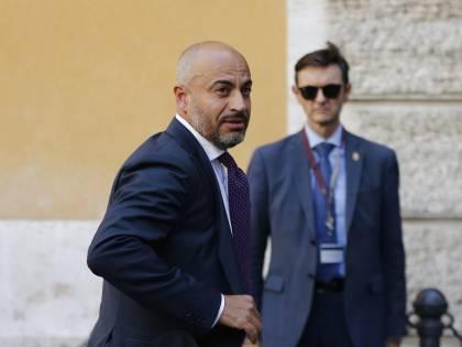 """Paragone contro Conte: """"Non onori l'Italia in Europa, togli il Tricolore dalla mascherina"""""""