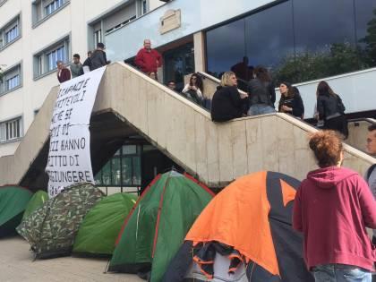 Idonei, ma senza un posto-letto: gli studenti montano le tende all'università