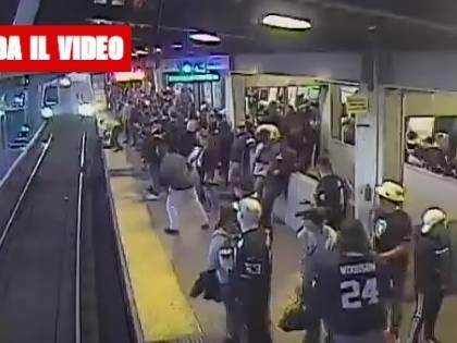Cade sui binari mentre arriva il treno: salvato per miracolo