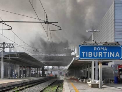 Incendio, guasti e maltempo: giornata da incubo per chi viaggia in treno