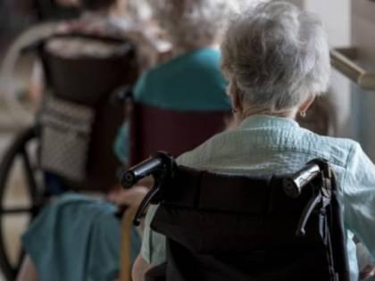 Pesaro, anziana terrorizzava il condominio minacciando di morte gli inquilini: arrestata