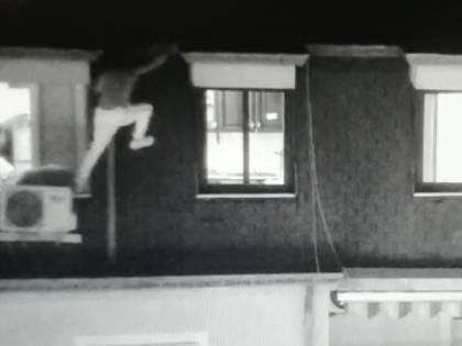 Esce dalla finestra  e tenta la fuga dal tetto: catturato pericoloso latitante