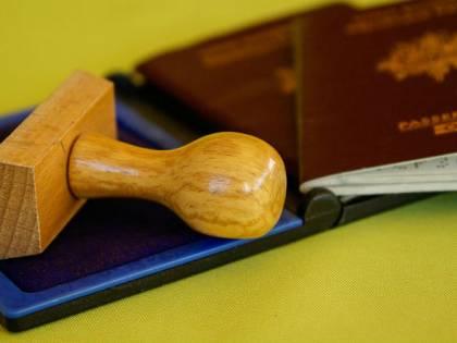 Presenta passaporto falso per il permesso soggiorno, arrestato un senegalese