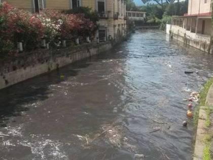 Detergente biancastro nel fiume Sarno: gli sversamenti abusivi nel Napoletano