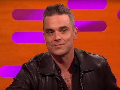 """L'attacco velenoso di Robbie Williams: """"La Sardegna è troppo cara"""". Ma dimentica il suo concerto milionario"""