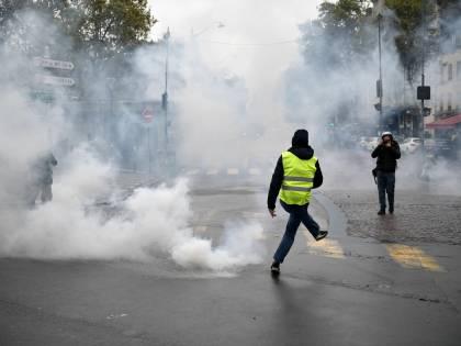 Il ritorno dei gilet gialli: scontri e cariche a Parigi. Fermate 220 persone