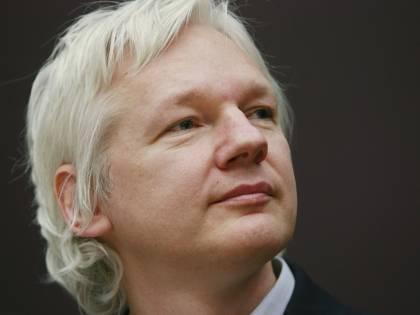 """Niente estradizione in Usa per Assange: """"Rischio suicidio"""""""