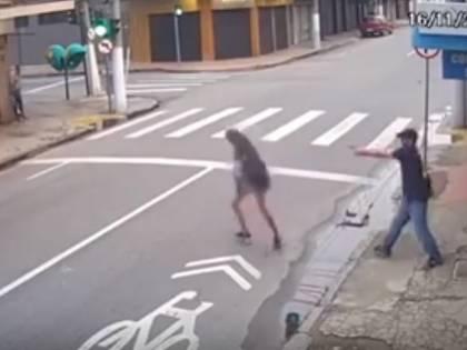 Gli chiede l'elemosina: lui le spara a bruciapelo uccidendola in strada
