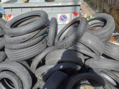Le foto degli pneumatici abbandonati nel quartiere di Fuorigrotta
