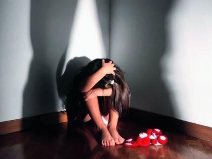 """Violenta figlie con complicità moglie: genitori """"mostro"""" in galera"""