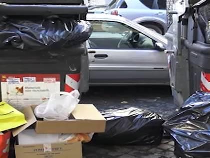 Roma è invasa dall'immondizia: Raggi rischia il commissariamento