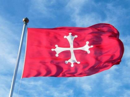 Quella bandiera non può entrare allo stadio (anche se è il simbolo della città). Tifosi del Pisa multati