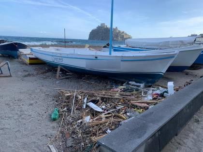 La spiaggia della Mandra a Ischia invasa dai rifiuti: dal mare una schiuma marrone