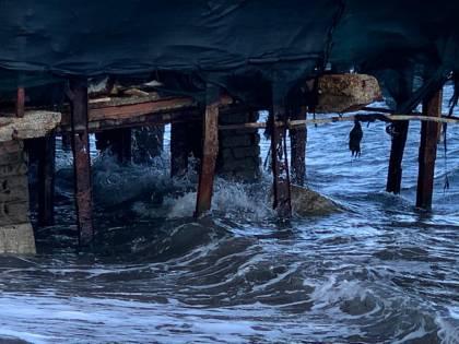 Le immagini dei rifiuti sulla spiaggia della Mandra