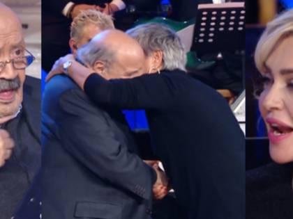 La fan irrompe sul palco e ruba un bacio a Maurizio Costanzo