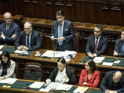 """Mes, Conte: """"Che Salvini non studi è noto, mi stupisce Meloni"""". Bagarre in Aula"""