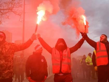 Parigi, scioperi, tensioni e scontri per la riforma delle pensioni