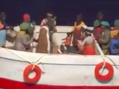 A Padula Gesù Bambino nasce sul barcone dei migranti