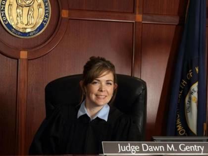 Sesso a 3 con avvocati. Poi il giudice concede trattamenti di favore