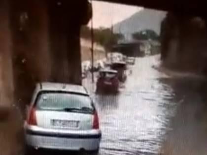 Emergenza maltempo: strade allagate e auto sommerse dalla pioggia fino alle portiere