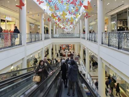 """Il """"blitz notturno"""" dei rigoristi: lo schiaffo ai centri commerciali"""