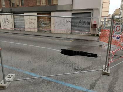 Voragine al centro della strada a Fuorigrotta, panico tra i residenti e i passanti