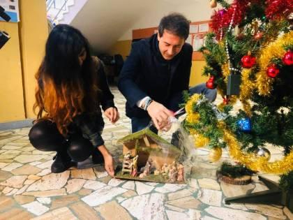 """Sesto San Giovanni, il sindaco regala presepi nelle scuole: """"Diamo valore alle nostre tradizioni"""""""