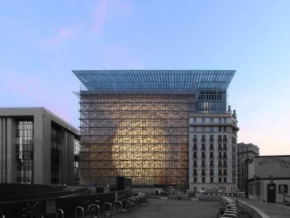 """Il caso del nuovo palazzo Ue costruito da """"immigrati clandestini"""""""