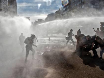 Cile, ancora violenti scontri tra polizia e manifestanti a Santiago