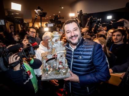 Il dito medio di Bossi e il presepe di Salvini: così la Lega Nord va in pensione