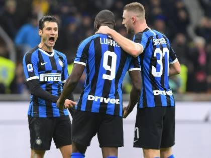 L'Inter doma 4-0 il Genoa e aggancia la Juventus in vetta alla classifica