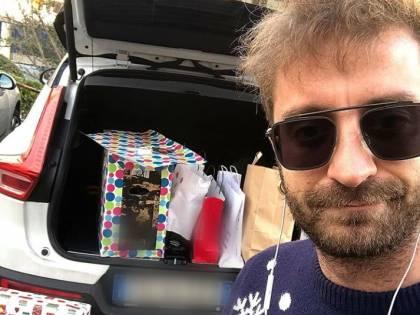 """Natale amaro per la Iena Stefano Corti: """"Auguri ai genitori separati come me che chiudono pacchi nei parcheggi"""""""
