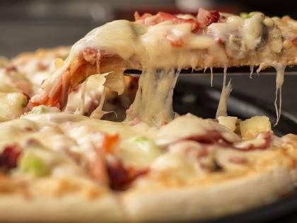Finge di ordinare la pizza e chiama la polizia. Una donna fa catturare il compagno violento