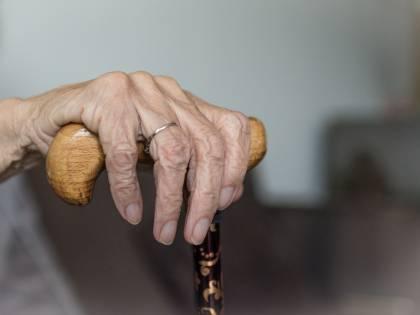 Va a vivere dalla madre malata per assisterla: condannato per violazione dei doveri coniugali