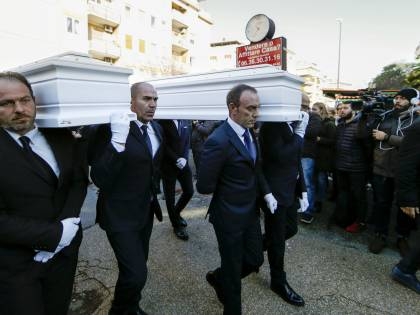 I feretri di Gaia e Camilla arrivano in chiesa per i funerali
