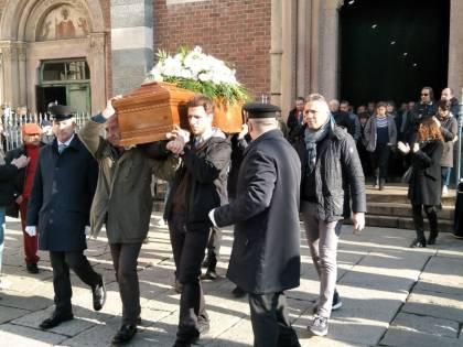 """Milano, funerali di Piero Rattazzo al canto di """"Bella ciao"""""""