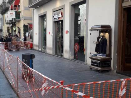 Paura a via Toledo, piovono calcinacci sui turisti