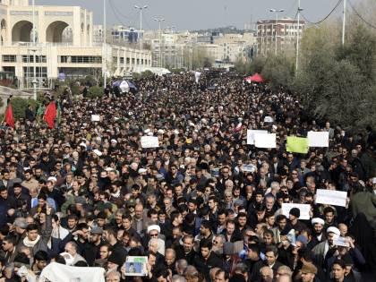 """Iran, centinaia di migliaia di persone in piazza: """"Vendetta"""""""