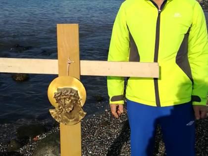 """Mare rosso a Napoli, sulla spiaggia il crocifisso dei comitati: """"Istituzioni assenti, ci salvi il Messia"""""""