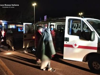 Lecce, all'alba sbarco di migranti: tra loro due bambini