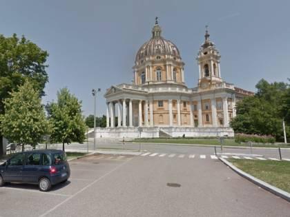 Torino, sinti colti a rubare nelle auto tentano di investire militare