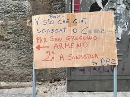 Cartello anti turisti a San Gregorio Armeno: esplode la polemica in città