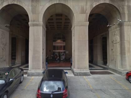 Bologna, marocchino segue donna nel palazzo e si cala i pantaloni